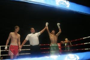 Lucas Priori ganó con un fulminante cruzado de izquierda en el primer episodio.