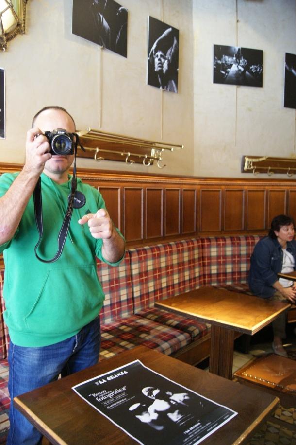 El autor de las fotografías  posa tras haber colocado las piezas en el Café La Granja de Bilbao.